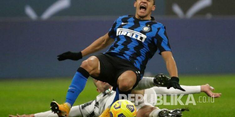 Alexis Sanchez saat membela Inter Milan melawan Juventus di Coppa Italia.