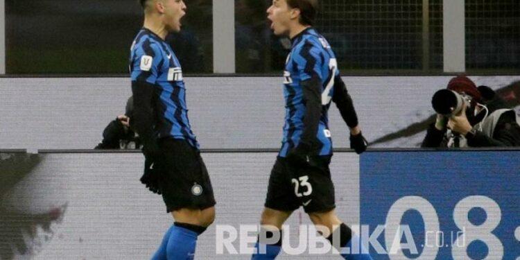 Pemain Inter Milan Lautaro Martinez (kiri) merayakan gol pertama timnya bersama Nicolo Barella pada pertandingan sepak bola leg pertama semifinal Piala Italia antara Inter Milan dan Juventus di stadion San Siro, di Milan, Italia, Rabu (3/2) dini hari WIB.