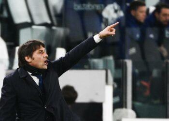 Pelatih Inter Antonio Conte mengarahkan timnya selama pertandingan sepak bola babak semifinal Piala Italia, leg kedua antara Juventus dan Inter Milan, di Turin Allianz Stadium, Italia, Rabu (9/2)..