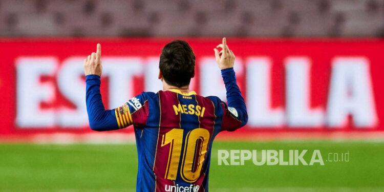 Striker FC Barcelona Lionel Messi merayakan setelah mencetak gol 4-2 selama pertandingan sepak bola LaLiga Spanyol antara FC Barcelona dan Real Betis yang diadakan di stadion Camp Nou di Barcelona, ??Spanyol, 07 November 2020.