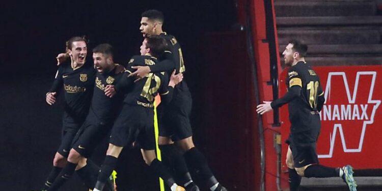 Pemain Barcelona Jordi Alba (kedua kiri) merayakan golnya ke gawang Granada ada laga Copa del Rey.