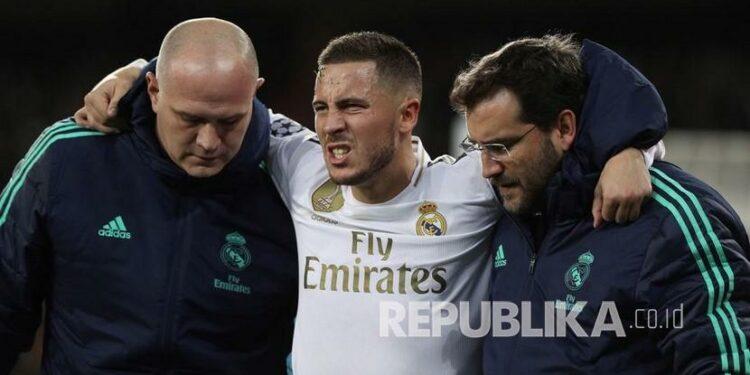Eden Hazard meninggalkan lapangan setelah mengalami cedera.
