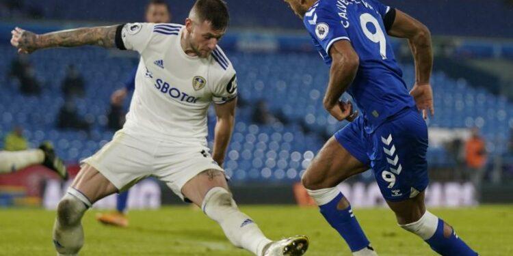 Striker Everton Dominic Calvert-Lewin (kanan) berusaha melewati adangan pemain Leeds United Liam Cooper saat kerua tim bentrok dalam lanjutan Liga Primer Inggris 2020/2021 di Ellan Road, Kamis (4/2).