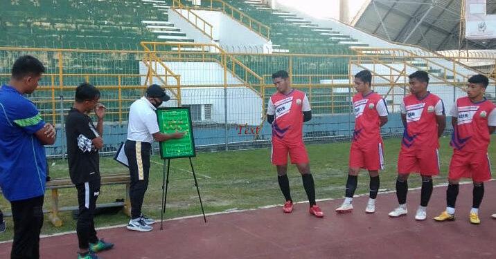Fakhri Husaini saat memberi instruksi kepada timnya. | Foto Istimewa