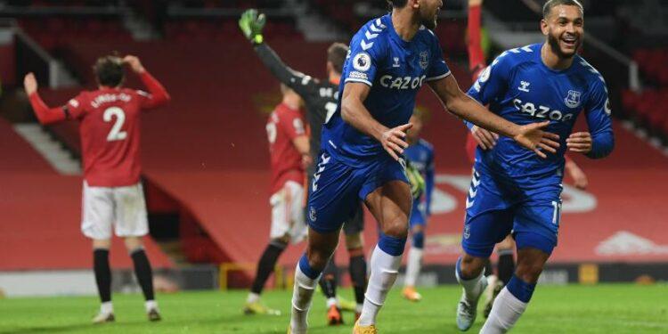 Striker Everton Dominic Calvert-Lewin (dua dari kanan) berselebrasi usai mencetak gol penyama kedudukan ke gawang Manchester United dalam laga lanjutan Liga Primer Inggris, Ahad (7/2) dini hari WIB.