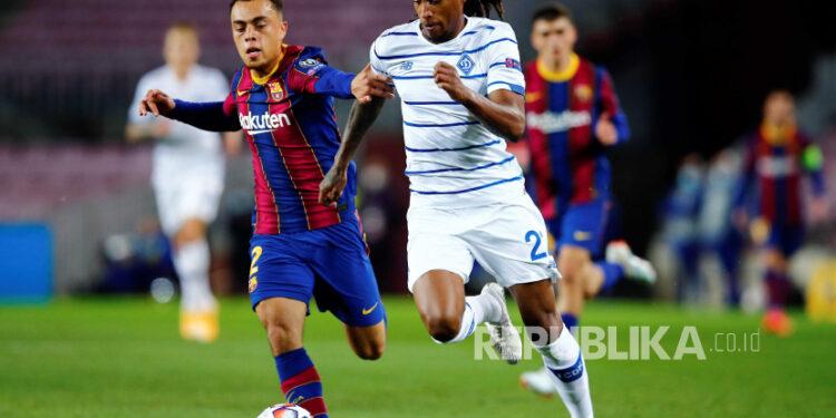 Bek Barcelona Serginho Dest (kiri).