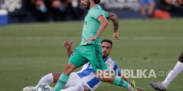 Pemain Real Madrid Isco menggiring bola.