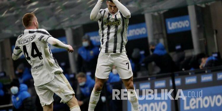 Pemain Juventus Cristiano Ronaldo melakukan selebrasi setelah mencetak gol kedua timnya pada pertandingan sepak bola leg pertama semifinal Piala Italia antara Inter Milan dan Juventus di stadion San Siro, di Milan, Italia, Rabu (3/2) dini hari WIB.