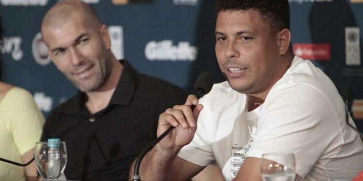 Ronaldo Luis Nazario de Lima (kanan) saat bersama mantan rekannya di Real Madrid, Zinedine Zidane.