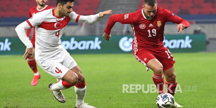 Ozan Kabak (kiri).