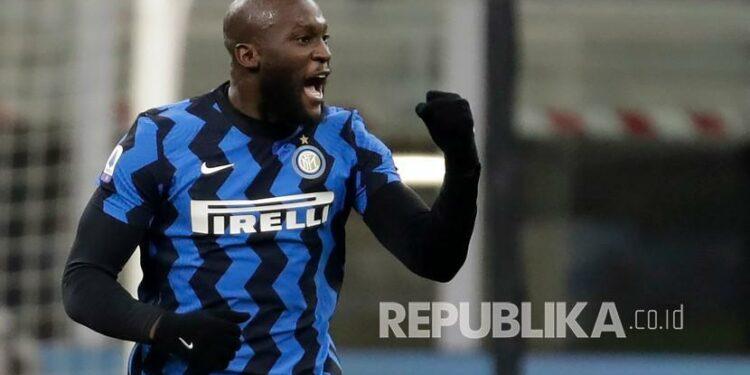 Romelu Lukaku dari Inter Milan melakukan selebrasi setelah mencetak gol.