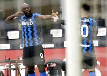 Selebrasi pemain Inter Milan Romelu Lukaku (kiri) setelah berhasil mencetak gol ketiga ke gawang AC Milan dalam laga pekan ke-23 Serie A Italia, Ahad (21/2) malam WIB.