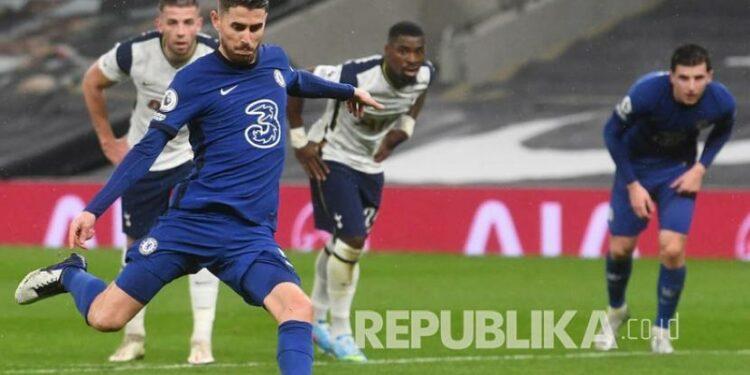 Pemain Chelsea Jorginho mencetak keunggulan 1-0 dari titik penalti pada pertandingan sepak bola Liga Utama Inggris antara Tottenham Hotspur dan Chelsea FC di London, Inggris,Jumat (5/2) dini hari WIB.