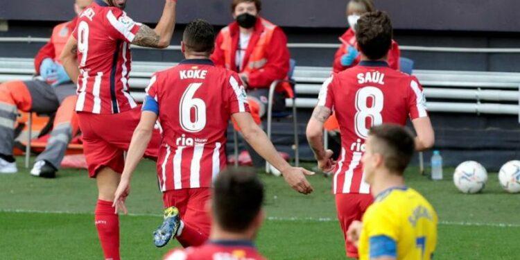 Ekspresi penyerang Atletico Madrid Luis Suarez (kiri) setelah menjebol gawang Cadiz dalam pertandingan La Liga Spanyol.