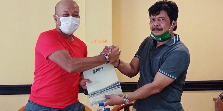 Pelatih kepala tim sepakbola PON Aceh, Fakhri Husaini dan Nazir Adam, Ketua PSSI Aceh | Foto Ist