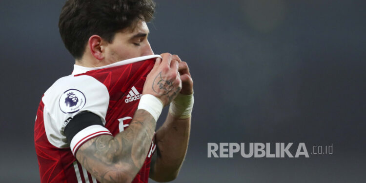 Arsenal's Hector Bellerin wipes sweat from his face during an English Premier League football match between Arsenal and Wolverhampton Wanderers at the Emirates Stadium, London, Sunday, 29 November 2020.