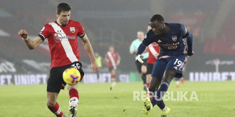 Winger Arsenal Nicolas Pepe (kanan).