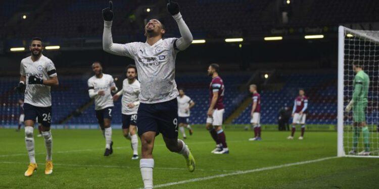 Bomber Manchester City Gabriel Jesus melakukan selebrasi setelah mencetak gol pertama timnya saat bertandang ke markas Burnley dalam lanjutan Liga Primer Inggris 2020/2021, Kamis (4/2).