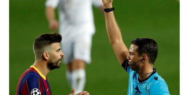 Bek Barcelona Gerar Pique dan wasit..