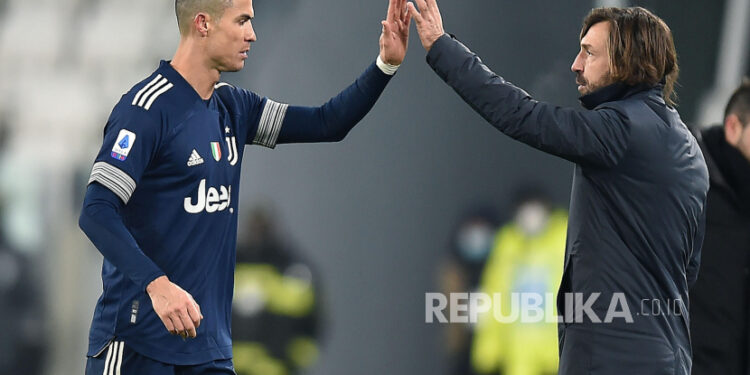 Pemain Juventus Cristiano Ronaldo (Kiri) merayakan dengan pelatih kepala Andrea Pirlo