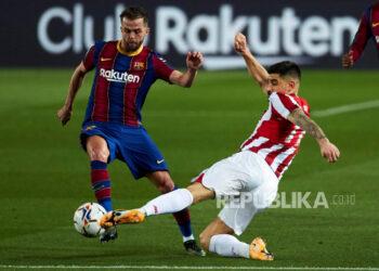 Gelandang FC Barcelona Miralem Pjanic (kiri).