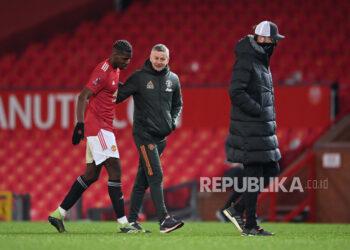 Manajer Manchester United Ole Gunnar Solskjaer (tengah) dan Paul Pogba (kiri). Ole Gunnar Solskjaer menyebut Pogba adalah pemain pekerja keras