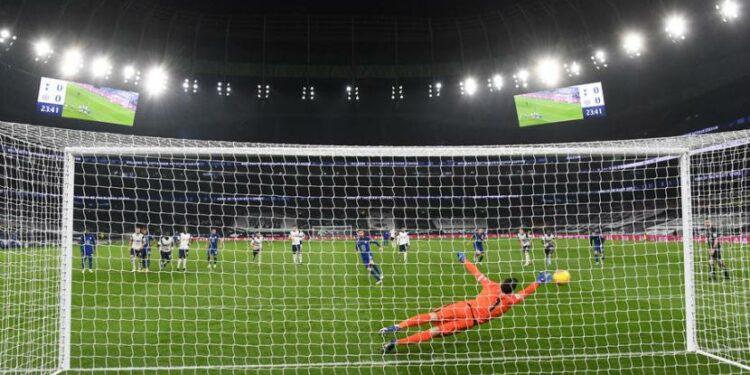 Kiper Tottenham Hotspur Hugo Lloris gagal menepis tendangan penalti gelandang Chelsea Jorginho.