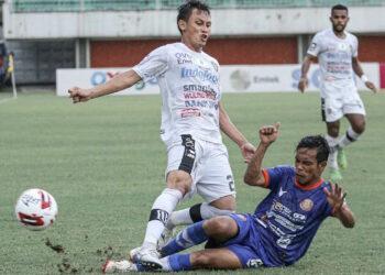Agus Suhendra mencoba halau bola | Foto via ligaindonesiabaru.com
