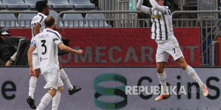 Selebrasi gol Cristiano Ronaldo pada laga antara Cagliari melawan Juventus di  Sardegna Arena stadium, Cagliari, Italia, Ahad (14/3).