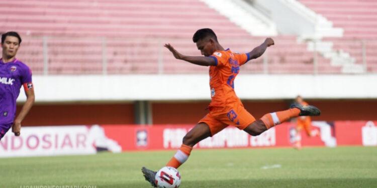 Assanur Rijal Torres dalam laga lawan Persita Tangerang   Foto via ligaindonesiabaru.com