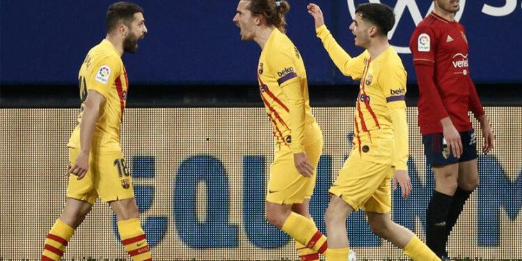 Pemain Barcelona merayakan gol ke gawang Osasuna, di Stadion El Sadar, Ahad (7/3) dini hari WIB.