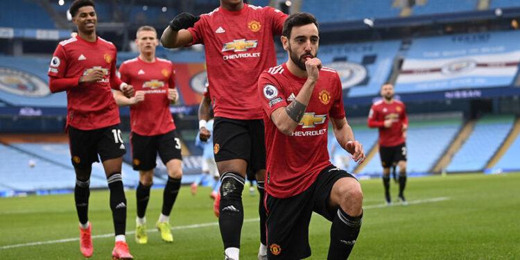 Bruno Fernandes merayakan gol pertama Manchester United di kandang Manchester City, Ahad (7/3) malam WIB.