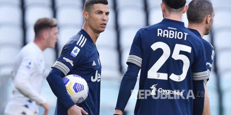 Cristiano Ronaldo (kiri) bereaksi saat pertandingan sepak bola Serie A Italia antara Juventus FC dan Benevento Calcio di Turin, Italia, Ahad (21/2).