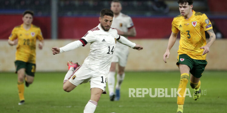Dries Mertens dari Belgia (tengah) beraksi selama pertandingan kualifikasi Piala Dunia FIFA 2022 antara Belgia dan Wales di Leuven, Belgia, 24 Maret 2021.