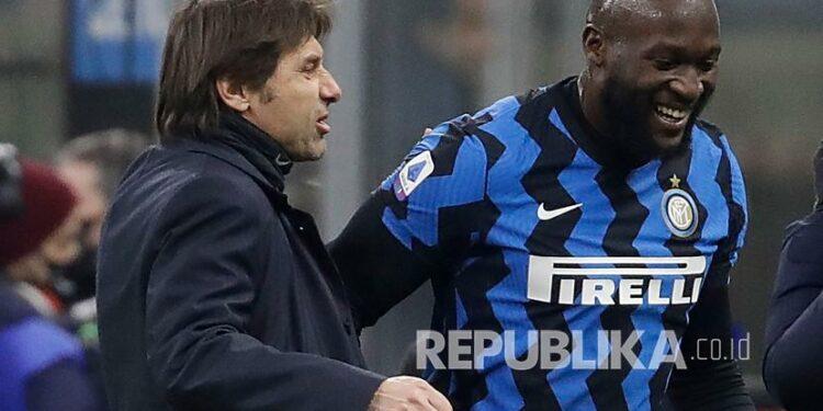 Pelatih kepala Inter Milan Antonio Conte mengucapkan selamat kepada Romelu Lukaku yang mencetak dua gol dalam pertandingan sepak bola Serie A antara Inter Milan dan Lazio di stadion San Siro di Milan, Italia, Senin (15/2) dini hari WIB.