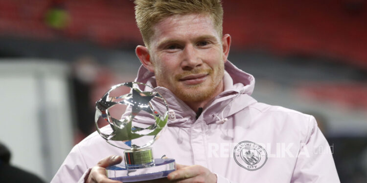 Manchester City's Kevin De Bruyne holds the player-of-the-match trophy after the second leg of the match 16 Champions League between Manchester City and Borussia Moenchengladbach at the Puskas Arena in Budapest, Hungary, Tuesday, 16 March 2021.