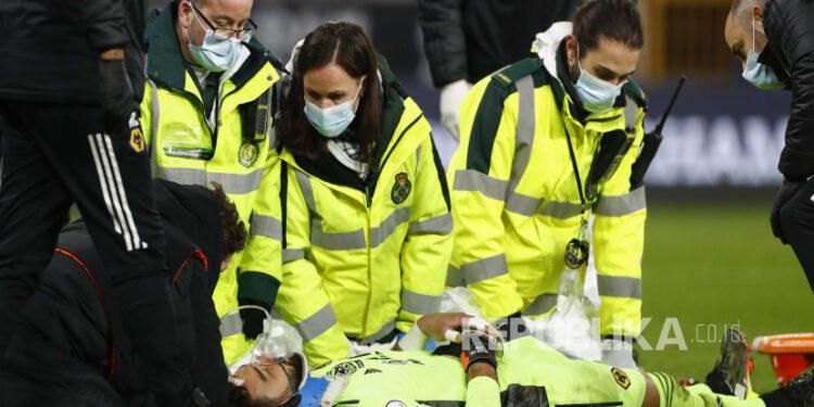 Staf medis merawat kiper Wolverhampton Wanderers Rui Patricio selama pertandingan sepak bola Liga Primer Inggris antara Wolverhampton Wanderers dan Liverpool di Stadion Molineux di Wolverhampton, Inggris, Senin, 15 Maret 2021.