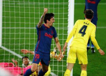 Gelandang Atletico Madrid Stefan Savic (kiri) merayakan golnya ke gawang Villarreal.