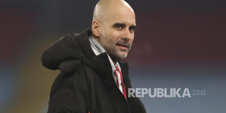 Manajer Manchester City Pep Guardiola bereaksi saat pemanasan untuk pertandingan sepak bola Liga Premier Inggris antara Manchester City dan Wolverhampton Wanderers di Manchester, Inggris, 2 Maret 2021.