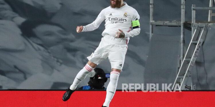 Bek Real Madrid Sergio Ramos melakukan selebrasi setelah mencetak gol 2-0 dalam pertandingan leg kedua babak 16 besar Liga Champions UEFA antara Real Madrid dan Atalanta yang diadakan di stadion Alfredo Di Stefano, di Madrid, Spanyol tengah, 16 Maret 2021.