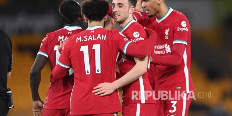 Diogo Jota (kedua kiri) mencetak gol kemenangan Liverpool ketika bertamu ke kandang Wolves, Selasa (16/3) dini hari WIB.