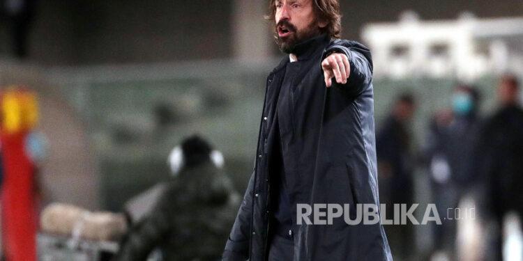 Pelatih kepala Juventus Andrea Pirlo bereaksi selama pertandingan sepak bola Serie A Italia antara Hellas Verona FC dan Juventus FC di stadion Marcantonio Bentegodi di Verona, Italia, 27 Februari 2021.