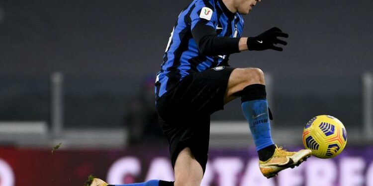 Nicolo Barella dari Inter mengontrol bola selama pertandingan sepak bola Italia, leg kedua, semifinal antara Juventus dan Inter Milan, di Stadion Turin Allianz, Italia, Selasa, 9 Februari 2021.