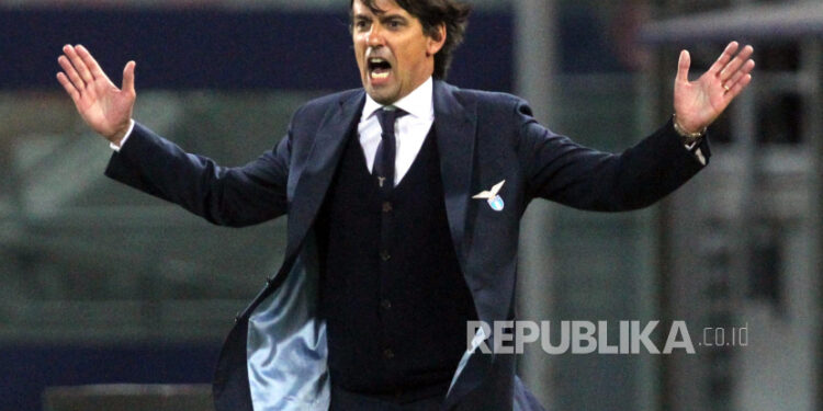 Pelatih kepala Lazio Simone Inzaghi bereaksi selama pertandingan sepak bola Serie A Italia Bologna Fc vs S.S. Lazio di stadion Renato Dall