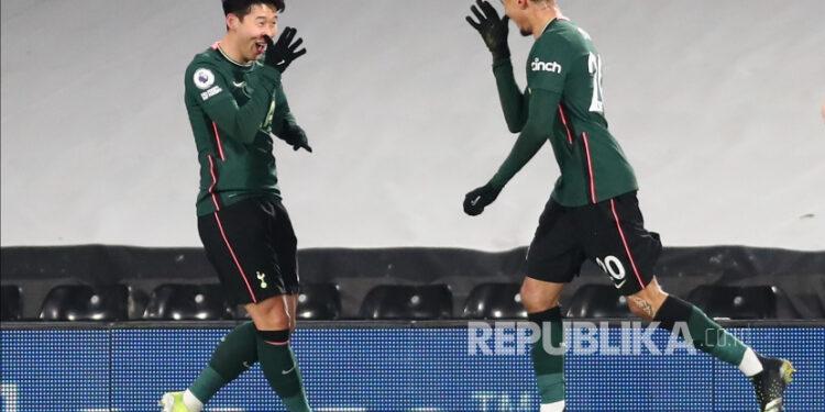Dele Alli (kanan) Tottenham, dibantu Son Heung-Min (kiri) Tottenham, bereaksi setelah mencetak gol dalam pertandingan sepak bola Liga Utama Inggris antara Fulham FC dan Tottenham Hotspur di London, Inggris, 4 Maret 2021.