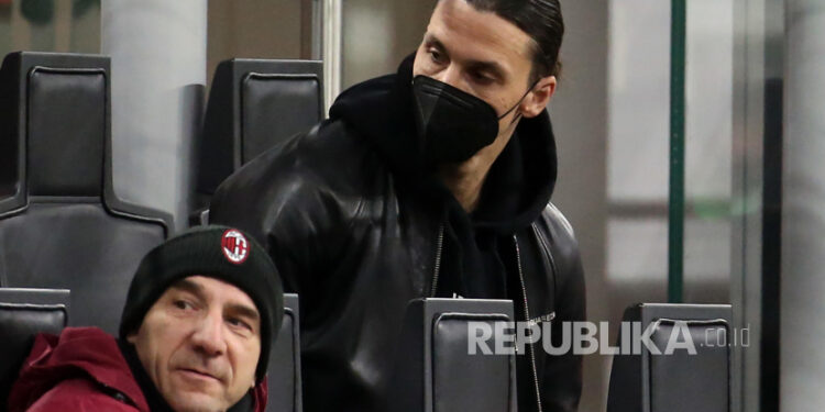 Pemain AC Milan Zlatan Ibrahimovic di tribun penonton pada pertandingan sepak bola Serie A Italia antara AC Milan dan SSC Napoli di stadion Giuseppe Meazza di Milan, Italia, 14 Maret 2021.
