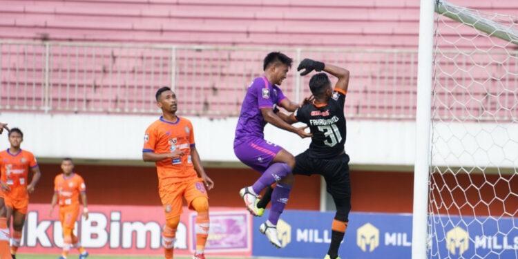 Kiper Persiraja Fakhrurrazi Quba berjibaku menghalau bola dari serbuan striker Persita   Foto via ligaindonesiabaru.com