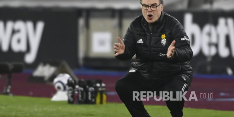 Manajer Leeds Marcelo Bielsa bereaksi.