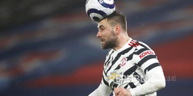 Luke Shaw dari Manchester United memimpin bola selama pertandingan sepak bola Liga Premier Inggris antara Crystal Palace dan Manchester United di stadion Selhurst Park di London, Inggris, Rabu, 3 Maret 2021.