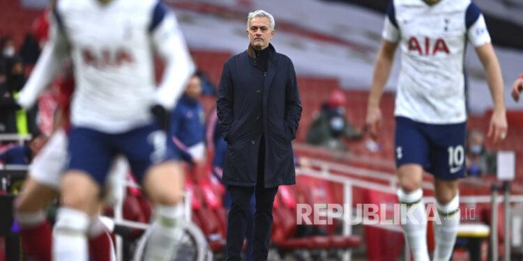 Manajer Tottenham Jose Mourinho selama pertandingan sepak bola Liga Premier Inggris antara Arsenal dan Tottenham Hotspur di Stadion Emirates di London, Inggris, Ahad (14/3).